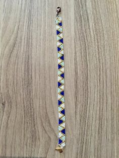 Bracelet woven with miyuki Delica beads and lined with a golden chain. Loom Bracelet Patterns, Bead Loom Bracelets, Bead Loom Patterns, Beaded Jewelry Patterns, Woven Bracelets, Bracelet Designs, Beading Patterns, Embroidery Bracelets, Jewelry Bracelets