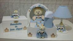 Kit Higiene em Mdf  Modelo urso principe  Composto por :  Bandeja com 03 potes e garrafa térmica  Farmacinha  Abajur com cúpula em tecido  Nicho porta maternidade