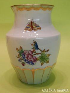 1950-es években készült, szép formájú közepén öblös, 14 cm magas Herendi Viktória mintás váza.