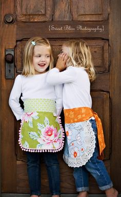 Childrens Apron in Olive por crackabo en Etsy Childrens Apron Pattern, Childrens Aprons, Sewing Crafts, Sewing Projects, Towel Apron, Apron Designs, Retro Apron, Japanese Sewing, Baby Couture