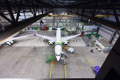 SGI Aviation in hangar. Fotografie verzorgd door Reclamebureau Holland. Regie: Jochem Albrecht.. Reclamebureaus en ontwerpbureaus