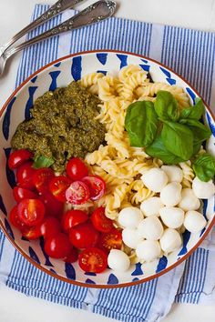 pasta salad with pesto, tomato and mozzarella - Food - Nudelsalat İdeen Veggie Recipes, Lunch Recipes, Cooking Recipes, Healthy Recipes, Healthy Food, Caprese Pasta Salad, World Recipes, Food Inspiration, Clean Eating