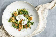 Oppskrift på gnocchi med spinat og chili, toppet med et posjert egg.