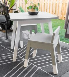 Modern DIY kids table with angled legs. So simple and easy to make with these woodworking plans. Learn how to make an easy diy kids table. Outdoor Cabana, Diy Interior, Beginner Woodworking Projects, Diy Woodworking, 2x4 Wood Projects, Wood Crafts, Planter Box Plans, Kid Table, Patio Table