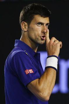 Un raro gesto del serbio Novak Djokovic. En el Rod Laver Aerena, el número 1 del mundo se impuso por 6-1, 6-2, 3-6 y 6-3 ante Roger Federer. La gente estaba ruidosa y alentando al suizo, cuando de pro