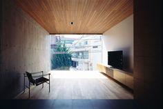 建築師使用木板材與混凝土作為建築與內部的主體材料,點綴鐵件使空間俐落不囉唆,空間的光線運用自然光與嵌燈裡應外合,製造沈穩神秘的空間氣息,卻也不顯晦暗。二樓透過大面的透明玻璃窗讓內外材質彼此連貫,達到內外一致性。 via Apollo Architects