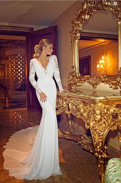 Jennifer Aniston's viral wedding dress from the Dimitrius Dahlia line is not in fact her's but it is still stunning!