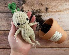 Kit pour crocheter une mandragore Harry PotterQuels cadeaux offrir à une passionnée de crochet ? Retrouvez des idées pour les crocheteuses débutantes ou expertes : des crochets, de la laine, des accessoires, des livres et des guides, des patrons de jolis modèles, des sacs. #cadeaunoel #crochet #ideecadeaunoel Diy Crochet Doll, Crochet Amigurumi, Crochet Gifts, Crochet For Kids, Crochet Hook Sizes, Crochet Hooks, Half Double Crochet, Single Crochet, Craft Patterns