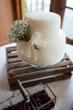 #TuFiestaTipBoda Este pastel de cobertura de fondant y un detalle de follaje de nube,  perfecto para tu boda civil