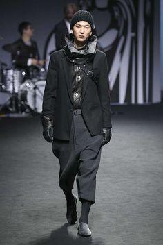 Los colores oscuros como el burgundy, el gris y el negro manifiestan un balance perfecto en la colección de invierno de A.AV