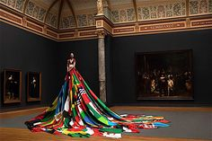 Vestido feito com bandeiras de 72 países onde ser gay é crime