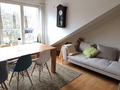 Gemütliche Dachgeschosswohnung in Frankfrut am Main Bockenheim mit Esstisch und flauschigem Teppich. 2-Zimmerwohnung in Frankfurt. #Frankfurt #apartment #Stadtleben #citylife