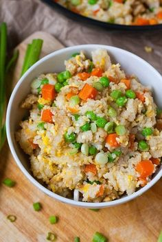 Bratreis Grundrezept. Schnell, einfach und verdammt lecker. Vollgepackt mit knusprigem Reis, Ei, Karotten, Erbsen und Sojasauce - kochkarussell.com