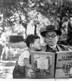 Janine Niepce: Le grand pere et son petit fils, 1952 (reading Tintin! Black White Photos, Black And White Photography, Tanz Poster, Old Photos, Vintage Photos, Foto Flash, People Reading, Ralph Gibson, Robert Doisneau