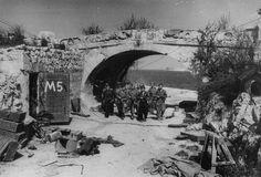 Бойцы морской пехоты у арки Приморского бульвара в освобожденном Севастополе. Май 1944