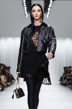 Versace Fashion Show Ready to Wear Collection Spring Summer 2018 in Milan Runway Fashion, Fashion News, Fashion Show, Versace Fashion, Alberta Ferretti, Spring Summer 2018, Viera, Live Fashion, Milan