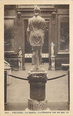 11) -POITIERS-le-musee-la-minerve-vue-de-dos: .. attesté par une couche de cendres, au-dessus de laquelle ne se rencontrent que des monnaies antérieures à la fin du III°s. On peut, à ce qu'il semble, conjecturer que ce sont les Barbares qui ont mutilé la statue, qui en ont descellé la tête et l'avant-bras droit, brisé l'avant bras gauche. Après avoir été ainsi profanée, elle aurait été ensevelie, comme le furent les statues archaïques de l'Acropole d'Athènes...
