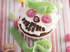 Cupcake mit Monstergesicht - Zeit: 40 Min.   eatsmarter.de Halloween Fotos, Cupcakes, Muffins, Food N, Eat Smarter, Monster, Buffet, Birthday, Party