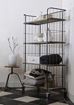Caged Wardrobe: Dieses Fabrik-Regal  zieht mit Sicherheit alle Blicke auf sich! Uns fallen da schon so einige Ideen ein, wie man dieses Regal kombinieren und einräumen könnte!