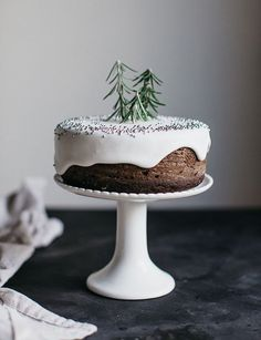 christmas noel weihnachten gateau cake This holiday season I'm keeping it simple and drawing inspiration for our own home from these gorgeous examples of minimalist holiday decor. Holiday Cakes, Christmas Desserts, Christmas Treats, Christmas Baking, Christmas Birthday Cake, Christmas Tables, Winter Birthday, Christmas Chocolate, Christmas Cupcakes