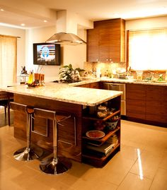 Why I like open concept homes? The benefits of open floor plans are numerous: the free flow of natural light, the enhanced feeling of spaciousness, openness, and several social and family life advantages. It allows hosts to interact with their guests from the kitchen, or organize cooking parties. Also, parenting becomes more relaxed with the opportunity to do many things at once. Open Floor Concept, Open Concept Home, Design Your Dream House, House Design, Modern Architects, New Home Designs, Sofa Design, Home Renovation