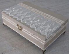 Caixa em MDF revestida com tecido 100% algodão. Apliques em renda importada e chatons pérola. Peça com pezinhos em metal para proteção do produto.