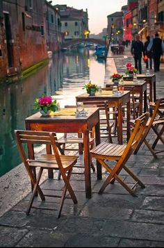 Romantic scene by the Canal, Venice ♡♡♡
