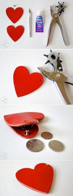 DIY Leather Heart Coin Purse   DIY porta moedas de couro   Bodas de couro   Aniversário de casamento   http://www.nossasbodas.com