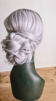 Chignon mariée romantique, coiffure floue idéale pour les looks bohèmes. Réservez votre coiffure bohème parfaitement imparfaite Marie, Perfectly Imperfect, Bohemian Look, Braid, Romantic
