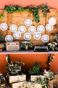 O seating plan é um dos elementos básicos do casamento, ajudando os convidados a encontrar o seu lugar nas mesas do copo de água. Se escolheram o estilo rústico para o vosso dia, inspirem-se nestas propostas! #casamento #convidados #noivos #seatingplan #decoraçãoparaocasamento #casamentospt Seating Plans, How To Plan, Table Seating, Personalised Wedding Invitations, Wedding Dress Simple, Drinkware, Grooms, Marriage Invitation Card, Weddings