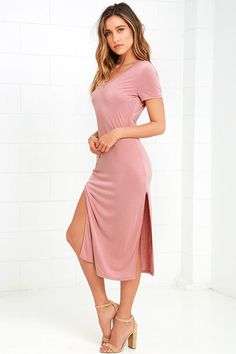 You'll never be stressed about what to wear when you slip on the Time to Unwind Mauve Midi Dress! Soft, jersey knit shapes a V-neckline, short sleeves, and fitted bodice with darted sides. Figure-skimming midi skirt ends with two side slits, for a sexy finishing touch.