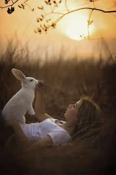 Young girl with White Rabbit - Alice in Wonderland / karen cox. Ᏸ o n d s Alice and her Bunny! Baby Bunnies, Cute Bunny, Bunny Bunny, Bunny Rabbits, White Rabbits, Animals For Kids, Cute Animals, Cute Kids, Cute Babies