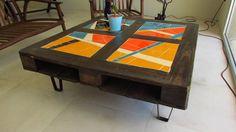 Mesa Ratona Palet Moderna, Con Mosaiquismo Y Patas Hierro - $ 2.400,00 en MercadoLibre Mosaic Outdoor Table, Outdoor Table Tops, Mosaic Furniture, Furniture Design, Creation Deco, Mosaic Diy, Diy Outdoor Furniture, Repurposed, Creations