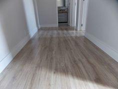 A cor clara – Savoy, Durafloor – dá luminosidade para o corredor e deixa as características da madeira, como texturas, com mais evidência