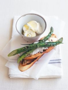 Asparagus and goat's cheese bruschetta//Donna Hay How To Cook Asparagus, Asparagus Recipe, Appetizer Salads, Appetizer Recipes, Appetizers, Quick Easy Healthy Meals, Healthy Recipes, Donna Hay Recipes, Delicious Sandwiches