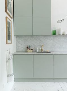 What works so well in this arrangement of kitchen units is the 4 squares making a bigger square.  Colour's pretty restful too and the Carrera marble is a quality finish.