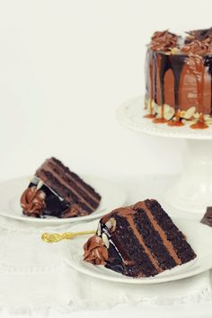 chocolate fudge cake with chocolate sour cream frosting Sweets Recipes, Just Desserts, Delicious Desserts, Food Cakes, Cupcake Cakes, Cupcakes, Scones, Sour Cream Frosting, Cake Recept