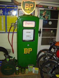 Pompe à éssence BP, British Petroleum Old Gas Pumps, Vintage Gas Pumps, Bp Gas, Lotus 7, Toyota 4x4, Harley Davidson Motorcycles, Gas Station, Rare Photos, Peugeot
