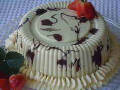 Bolo Bombom com Recheio Trufado Branco e Geleia de Morango, muito fácil de fazer, veja o passo a passo agora.  http://cakepot.com.br/bolo-bombom-com-recheio-trufado-branco-e-geleia-de-morango/