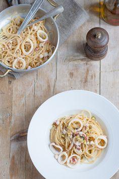 Spaghetti con totani marinati, pistacchi e pangrattato