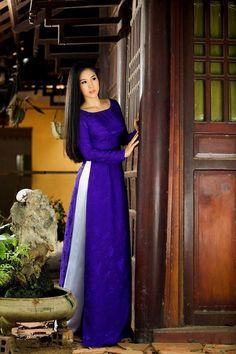 Falleg kon stend viđ hornínd af húsìnd ok gæist fyr þen. Vietnamese Clothing, Vietnamese Dress, Vietnamese Traditional Dress, Traditional Dresses, Asian Woman, Asian Girl, Asian Ladies, Ethnic Dress, Fashion Poses
