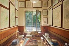 La stanza giochi con vecchie mappe nella casa di Martha Stewart - In the game room, old maps of Mount Desert Island are installed above benches; the wainscot is made of pink cypress.