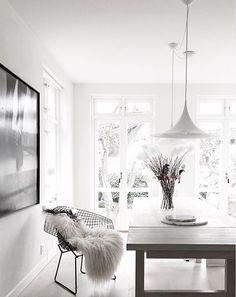Black Windows grey table and wow! Scandinavian Living, Scandinavian Interior, Dining Room Inspiration, Interior Inspiration, Beautiful Dining Rooms, Grey Table, Beautiful Interior Design, Minimalist Interior, Dining Room Design
