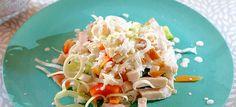 Rijstsalade met paprika, komkommer, prei, gerookte kip en limoen-yoghurt dressing