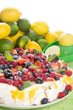 Hebe Frukt & Grönt | Pavlova med lemoncurd, färska bär & grädde