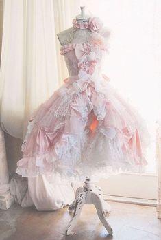 Este o rochie inocenta,de fete copilaroase.. o rochie roz cu alb si alte combinatii.