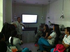 Estudiantes de la Especialización en Endodoncia en clase en el laboratorio
