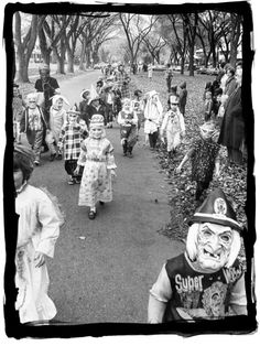 have some decorum: Happy Halloween. Old-school Halloween. Retro Halloween, Halloween Fotos, Vintage Halloween Photos, Halloween Parade, Halloween Pictures, Vintage Holiday, Spooky Halloween, Holidays Halloween, Happy Halloween