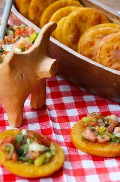 Las sopaipillas son una comida típica chilena, que se come de aperitivo o de postre. Mi manera favorita de comerlas es con pebre. Lo ideal es comerlas recién hechas, pero también pueden hacerlas con anticipación y calentarlas un rato en el horno antes de comérselas.