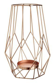 Kupferfarben. Großer Metallkerzenhalter für Stumpenkerzen. Durchmesser der Kerzenhalterung 7,5 cm. Breite 17 cm, Höhe 23,5 cm.
